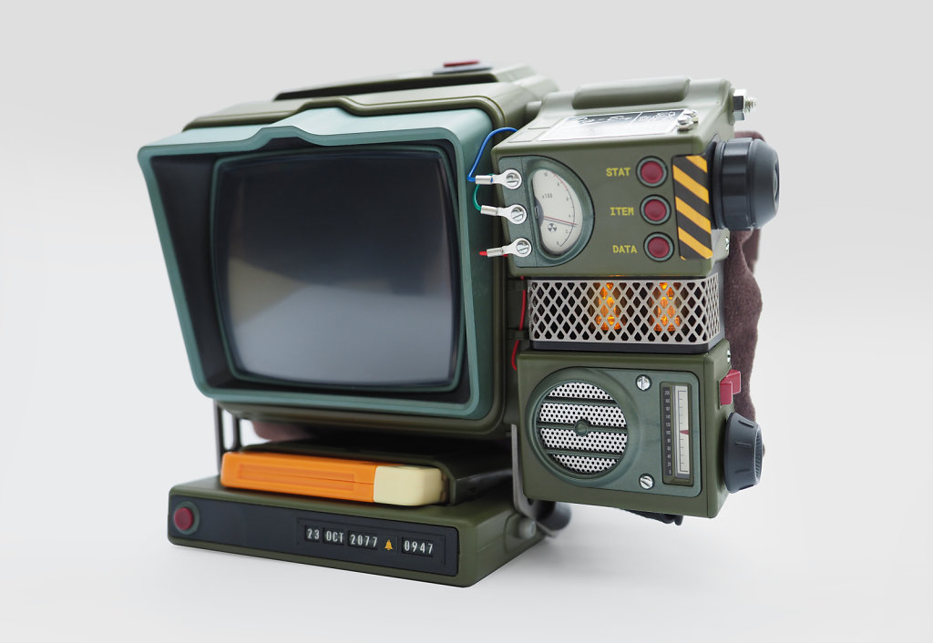 Radio-installed-in-Pip-Boy-with-vac-tubes-on-3kpx.jpg